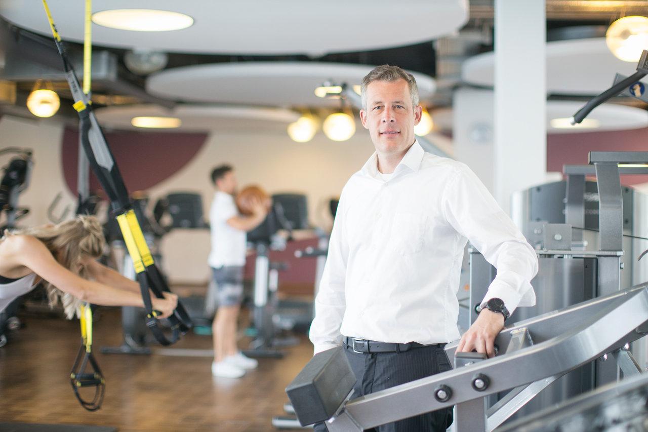 Niklas Hager in einem Fitnessstudio