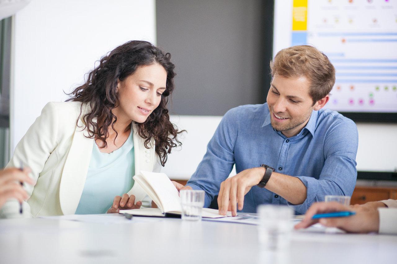 Frau und Mann im Beratungsgespräch für betriebliches Gesundheitsmanagement